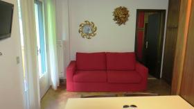 <b>soggiorno con divano letto matrimoniale</b>
