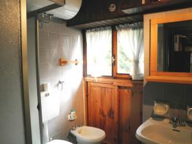 <b>2° bagno finestrato con doccia</b>