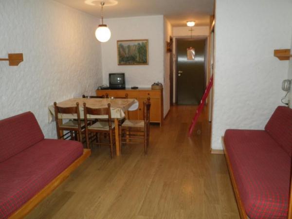 Monolocale 4 posti letto appartamenti in affitto agenzia immobiliare collini appartamenti - Soggiorno con divano ...